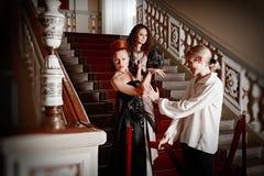 Mooie twee vrouwen en een man in de kleding van de achttiende centur Royalty-vrije Stock Fotografie