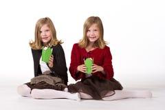 Mooie tweelingmeisjes bij Kerstmis royalty-vrije stock afbeeldingen