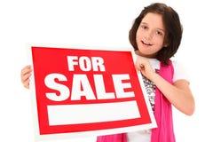 Mooie Tween met voor het Teken van de Verkoop Royalty-vrije Stock Foto's