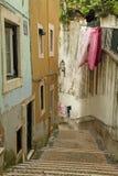 Mooie typische straat van oude Alfama stock afbeeldingen
