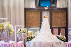 Mooie uitstekende cake voor de gebeurtenis van de huwelijksceremonie Stock Afbeeldingen