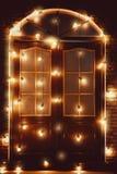 Mooie uitstekende houten die deur met gloeiende lampen wordt verfraaid vector illustratie