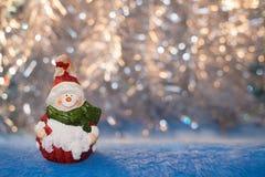 Mooie uitstekende Kerstmisstuk speelgoed sneeuwman op een achtergrond van golde Stock Afbeelding