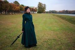 Mooie uitstekende stijlvrouw in de herfstpark Royalty-vrije Stock Foto's
