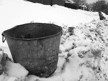 Mooie uitstekende vuilnisbak op sneeuw stock afbeelding