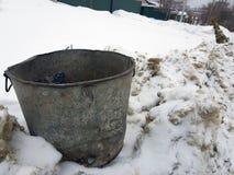 Mooie uitstekende vuilnisbak op sneeuw stock foto