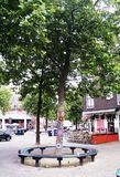 Mooie unieke kleurrijke gehaakte met de hand gemaakt op de boom, Amsterdam, Holland, Nederland stock fotografie