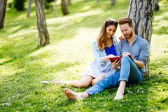 Mooie universitaire studenten die in openlucht bestuderen stock fotografie