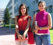 Mooie universiteitsvrienden in campus royalty-vrije stock afbeeldingen