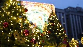 Mooie vage Kerstmislichten op verfraaide sparren in de avond Vakantie in Moskou stock videobeelden