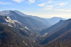 Mooie vallei tussen de bergen van de trekking in Carrara, Italië stock foto