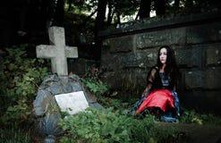 Mooie vampier dichtbij graf Stock Foto