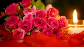 Mooie van de bloem roze boeket en kaars het branden lengte De dag van de valentijnskaart stock video