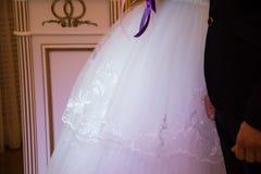 Mooie van de van de huwelijkspaar, bruid en bruidegom holdingshanden bij w Stock Foto's