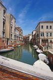 Mooie Venetiaanse kanaalstraat - Venetië, Italië stock fotografie