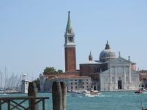 Mooie Venetiaanse straat en kanalen op een de zomerdag, Italië stock afbeelding