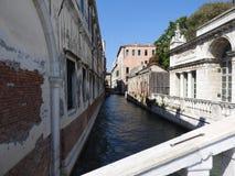Mooie Venetiaanse straat en kanalen op een de zomerdag, Italië stock foto