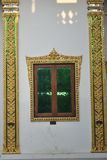 Mooie vensterarchitectuur in de boeddhistische bouw in tempel Thailand stock foto's