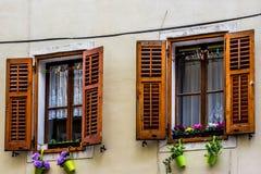 Mooie vensters in Piran stock foto