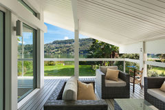 Mooie veranda met meubilair Stock Foto
