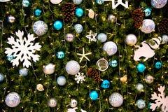 Mooie verfraaide open haard en Kerstboom Stock Foto's