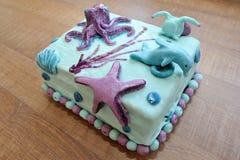 Mooie verjaardagscake in onderzeese decoratie Stock Afbeelding