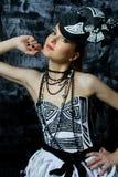 Mooie verleidelijke vrouw die kleermakerijen draagt Stock Foto