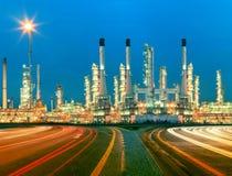 Mooie verlichting van de installatie van de olieraffinaderij in heav petrochemicaly royalty-vrije stock foto's