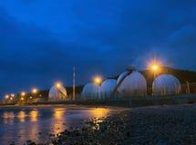 Mooie verlichting van de opslagtank van gaslpg in petrochemische indu Royalty-vrije Stock Foto's