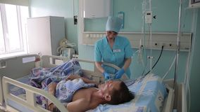 Mooie verpleegstersvrouw die aan een en patiënt spreken die lachen glimlachen 4K stock video