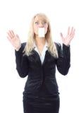 Mooie verraste vrouw die een witte kaart houdt stock foto's