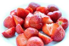 Mooie verse die aardbeien op een schone witte achtergrond worden geïsoleerd Royalty-vrije Stock Fotografie