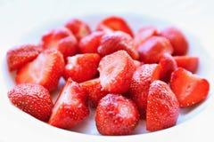 Mooie verse die aardbeien op een schone witte achtergrond worden geïsoleerd Stock Fotografie