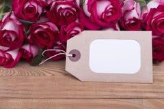 Mooie verse rozen met kaart Stock Afbeeldingen
