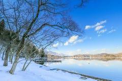 Mooie verse sneeuw in de winter rond het bergenmeer en RT Stock Fotografie