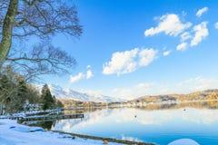 Mooie verse sneeuw in de winter rond het bergenmeer en RT Royalty-vrije Stock Afbeelding