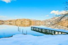 Mooie verse sneeuw in de winter rond het bergenmeer en RT Royalty-vrije Stock Fotografie