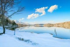 Mooie verse sneeuw in de winter rond het bergenmeer en RT Royalty-vrije Stock Afbeeldingen