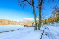 Mooie verse sneeuw in de winter rond het bergenmeer en RT Stock Foto's