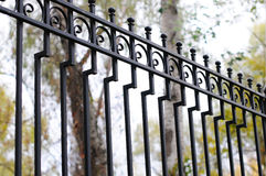 Mooie vervaardigde omheining Beeld van een decoratieve gietijzeromheining Een deel van een omheining van het metaalnet mooie omhe Royalty-vrije Stock Foto