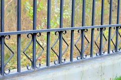 Mooie vervaardigde omheining Beeld van een decoratieve gietijzeromheining Een deel van een omheining van het metaalnet mooie omhe Stock Afbeeldingen