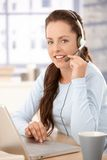 Mooie verzender die in call centre het glimlachen werkt royalty-vrije stock fotografie