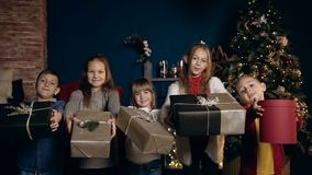 Mooie vijf en kinderen lachen die huidig aan de camera bewegen zich stock videobeelden