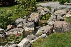 Mooie vijver en Kreek met rotsen en bloemen in het Park dit 3 Juni, 2018 de Krim Stock Foto