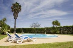 Mooie villa met een gezonde tuin en een pool Stock Fotografie