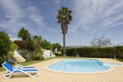 Mooie villa met een gezonde tuin en een pool Stock Afbeelding