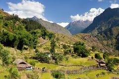 Mooie villagewith zet Dhaulagiri op stock afbeeldingen