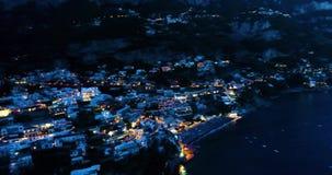 Mooie vlucht over Positano bij Amalfi Kust in Italië stock footage