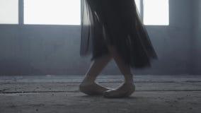 Mooie voet van jonge ballerina in pointeschoenen Balletpraktijk Mooie slanke bevallige benen van balletdanser stock videobeelden