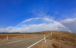 Mooie volledige dubbele regenboog over weg Royalty-vrije Stock Fotografie
